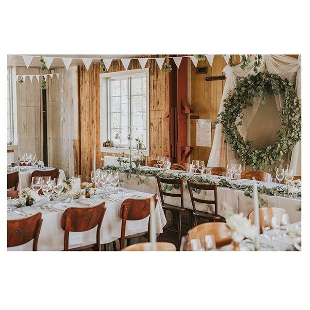 Vad är det vi gör? Vi, Elin och Torri, är en kreativ duo som älskar att skräddarsy koncept för #bröllop och fest. Detta förverkligar vi sedan i varje liten detalj från det grafiska materialet, så som inbjudan och menyblad, till dukning och dekorering av lokalen. Alltså skapar vi allt för hand, inget skämt! Photo cred @fotografemmaschodin ✨