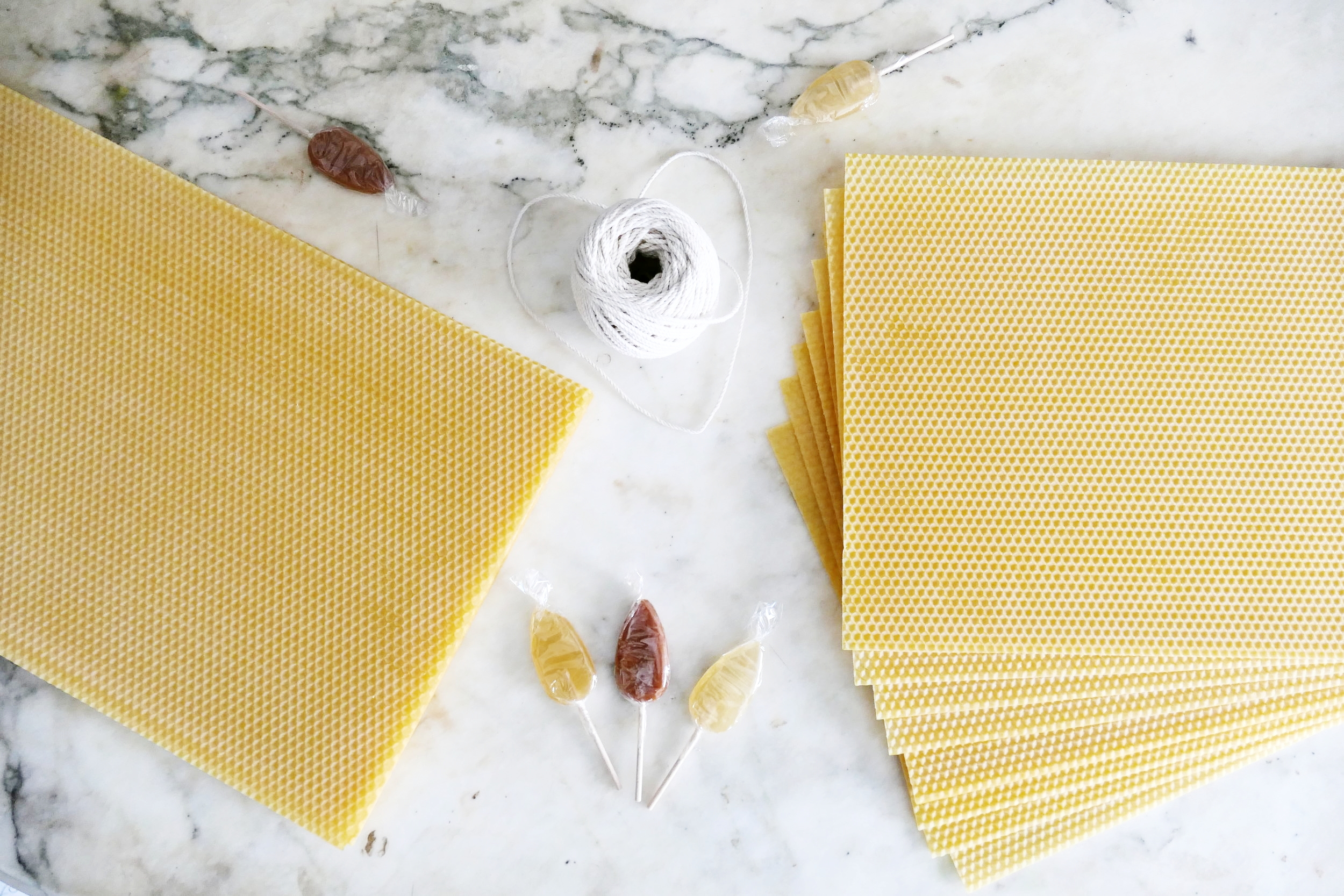 Sucettes au miel et caramel au sel de l'Île De Ré et feuilles gaufrées de cire d'abeille ...