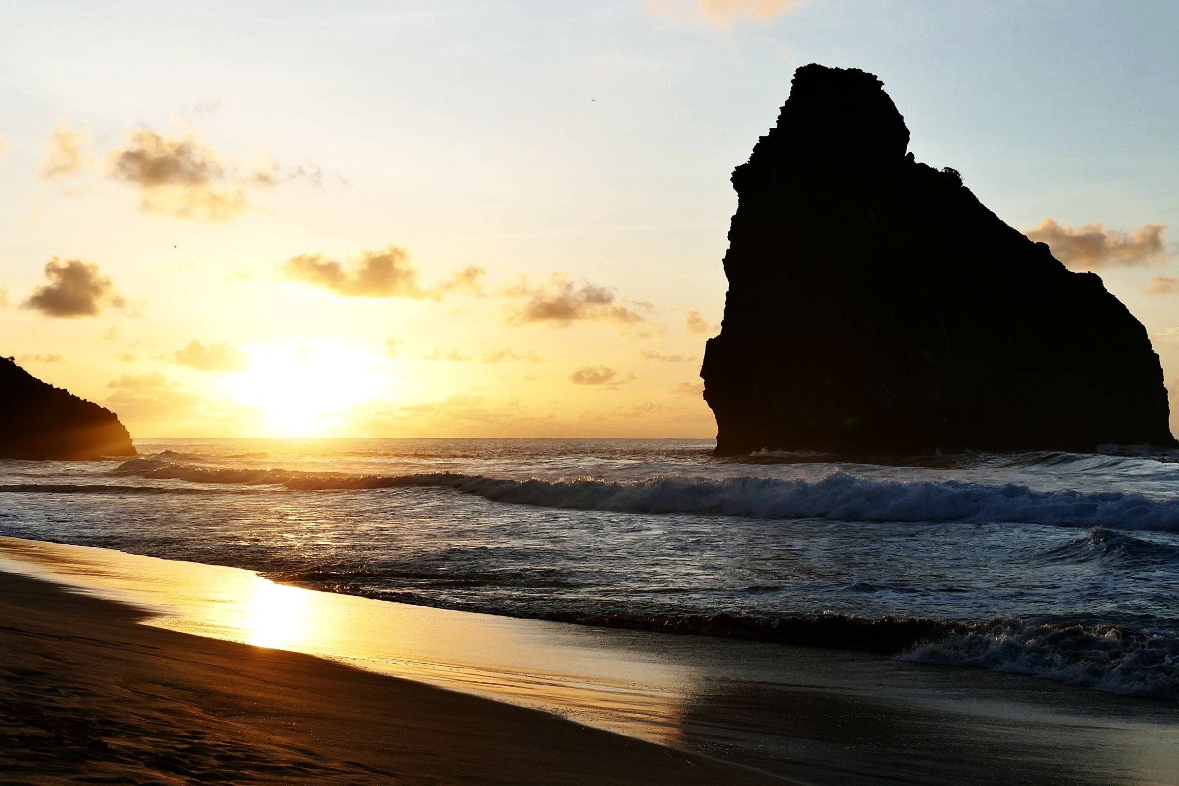 Coucher de soleil sur les Deux Frères, Plage de Cacimba do padre, Fernando de Noronha