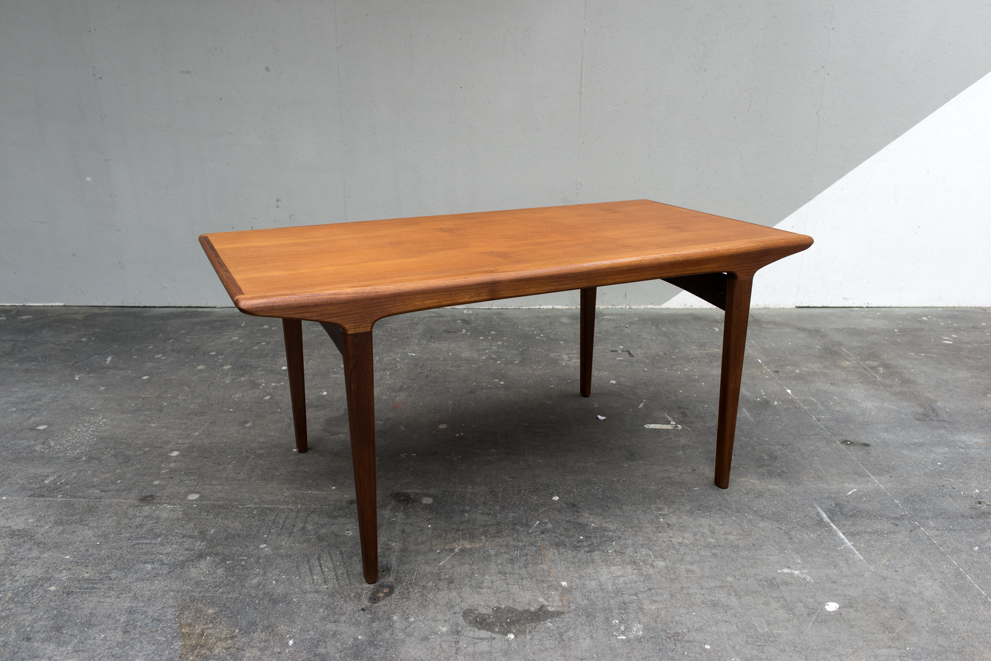TABLE ARNE JACOMBSEN