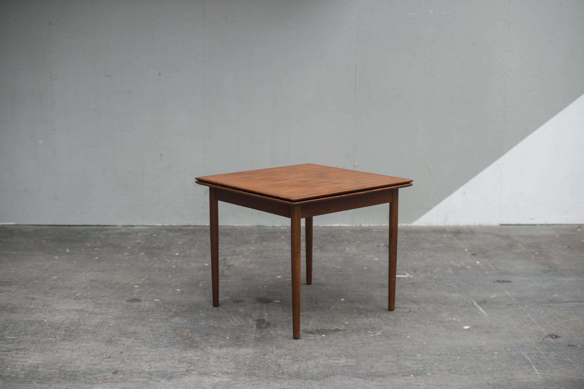 TABLE CARRÉE SAMCOM