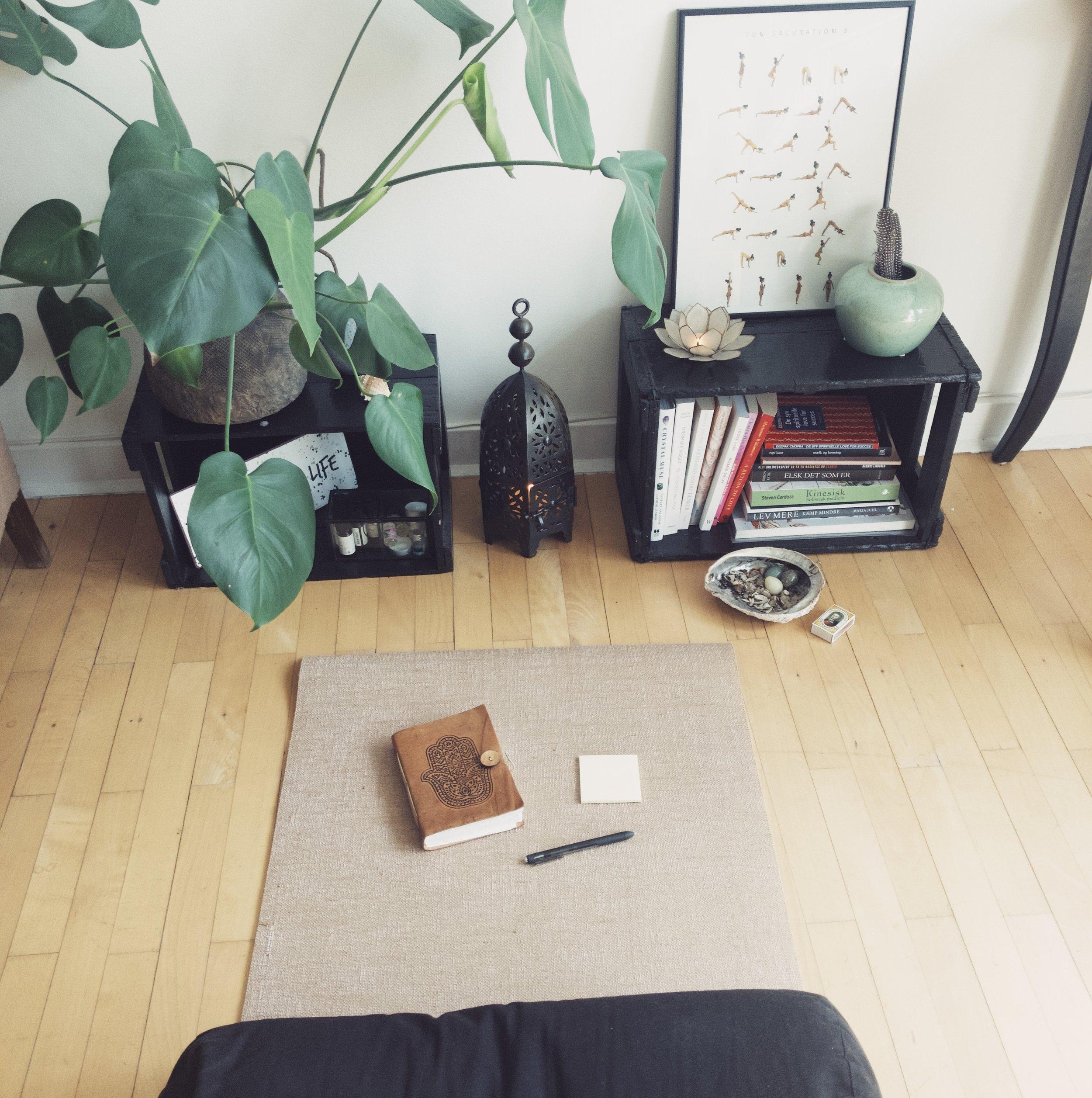 1. Skab et smukt arbejdsrum - Alt du skal bruge er omgivelser, der inviterer til reflektion og fordybelse, en stak post-its, en kuglepen og en notesbog.
