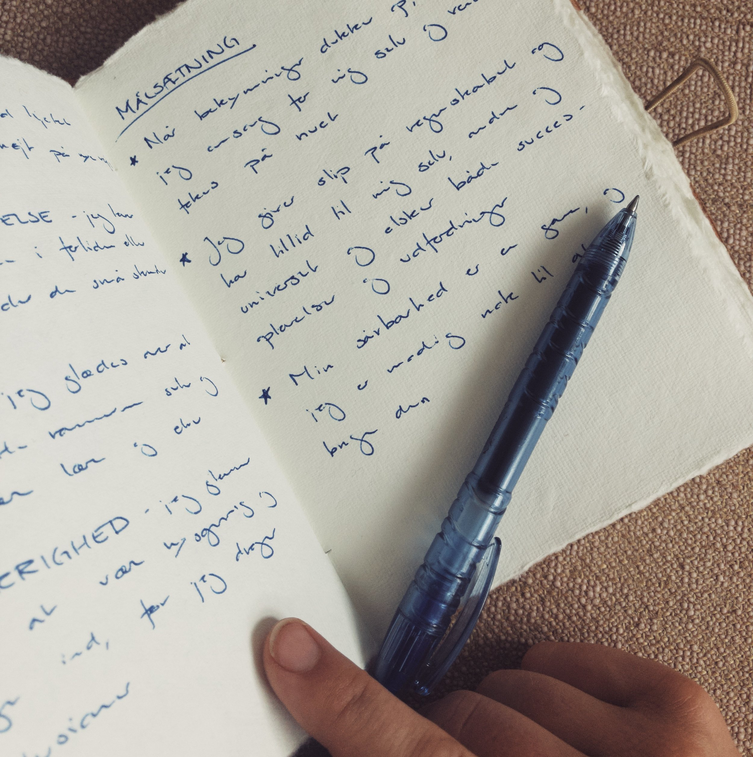 10. Lav målsætninger eller mantras - Med udgangspunkt i dine nye værdier - og særligt top 3 - kan du lave 3-5 sætninger, som du kan huske og som støtter dig i at navigere efter dine værdier i hverdagen.