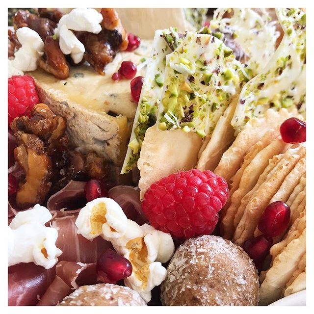 Even though the weather's started to turn colder, our platters are still created to Celebrate everyone's summer favourites 🙌🏽 Salted caramel candied walnuts, pistachio white chocolate, pomegranates & raspberries, bliss balls, and of course a tall wedge of Blue 😍✨