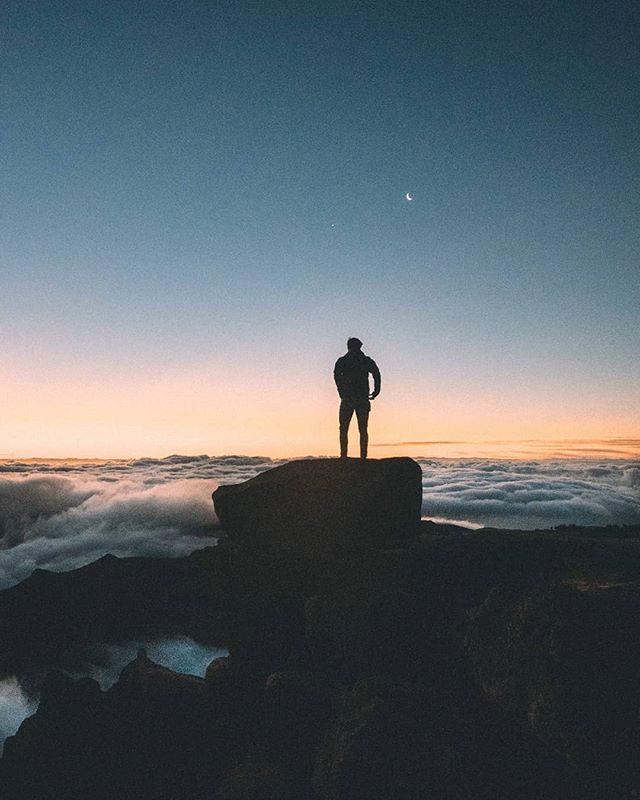 """Disfrutando del amanecer en """"pico do arieiro"""" , uno de los puntos mas altos de Madeira. Dormir al nivel del mar y ver salir el sol a 1800m de altura no pasa cada día, madrugón por tercer dia consecutivo para asegurarnos de conseguir todas las perlas que la isla tenía para ofrecernos. Gran viaje y rodaje !! Se vienen cositas nuevas con @tropicfeelcom. Como siempre @santiavila8 empleando su magia.  #madeira #portugal @visitmadeira #visitmadeira #tropicfeel #tropiclusters #tropicfeelcom #sonya7iii #sunrise"""