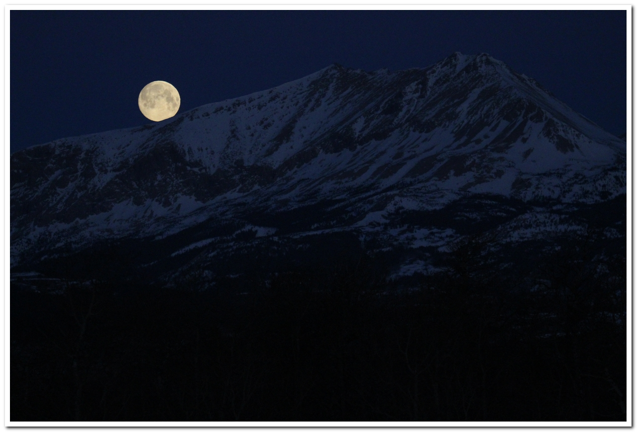 Moonset over Yellow Mountain