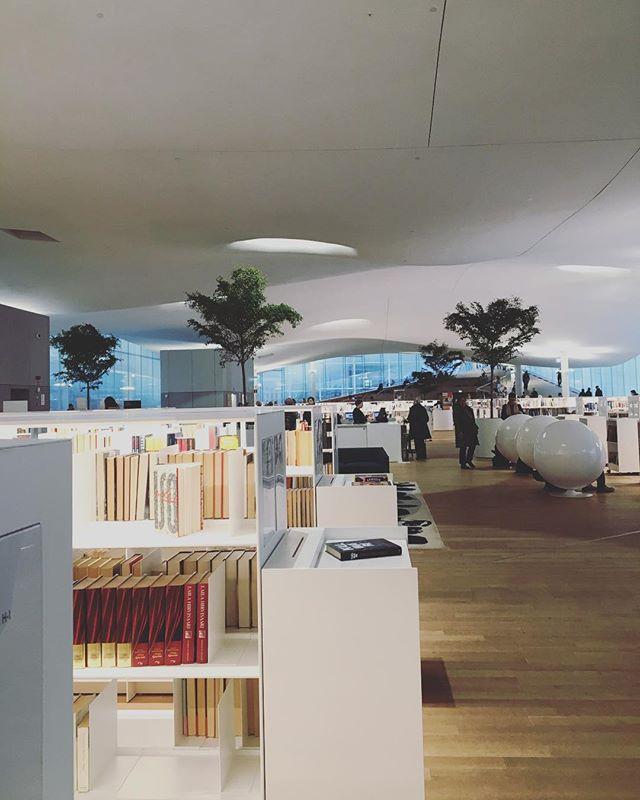 Uusi Oodi ✨📚 Hyvä paikka myös tehdä töitä sillä arkipäivisin päivällä melko hiljaista ☺️ . . #oodi #kirjasto #helsinki #yrittäjä #yrittäjyys #naisyrittäjät #freelancer #helsinki #kotisivut #nettisivut #markkinointi
