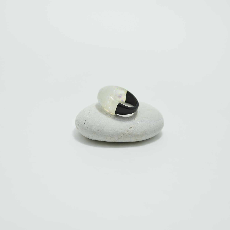 Cabochon Constance™ noir et blanc iridescent