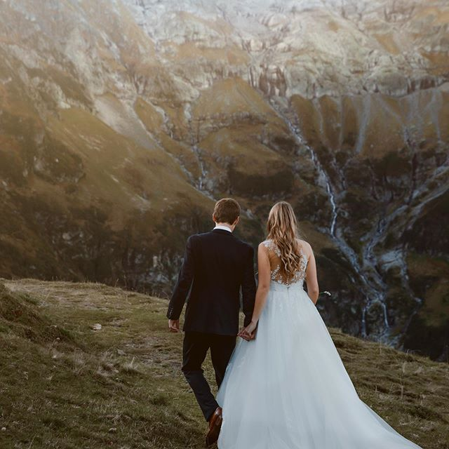 Find a heart that will love you at your worst and arms that will hold you at your weakest.🥰 #adventurewedding #swisswedding #mountainwedding #elopmentwedding #beautifulswitzerland #wedding2019 #wedding2020 #afterweddingshooting #heliweddings #weddinginspiration #swissweddingplanner #destinationwedding #bergzeit #wanderingweddings #wanderingphotographers #junebugweddings #intimatewedding #weddingphotomag #bohostyle #hochzeitsfotografschweiz #outdoorphotomag #hochzeitsfotografin ♡