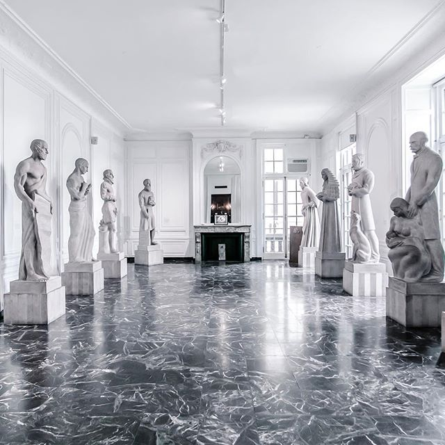 We've just listed some incredible ancestral homes around the world where you can stay and play. This stunning 1917 mansion turned museum is available by the hour for photo shoots and other unique events in central Chicago 😍 . . . . . #houselore #wanderlust #traveltribe #stayandwander #museums #mansion #beautifuldestinations #livinghistory #historicpeerspace #peerspace #photoshootvenue #historicchicago