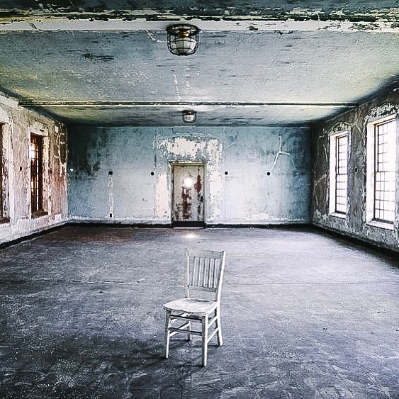 You may be brave, but are you 'stay in an old asylum overnight' brave? Check out our latest asylum finds around the world where you can stay and play 😉👻 . . . . . #asylum #curatedstays #sanitarium #airbnb #liveslow #traveltribe #hauntedplaces #houselore #areyoubraveenough #paranormal