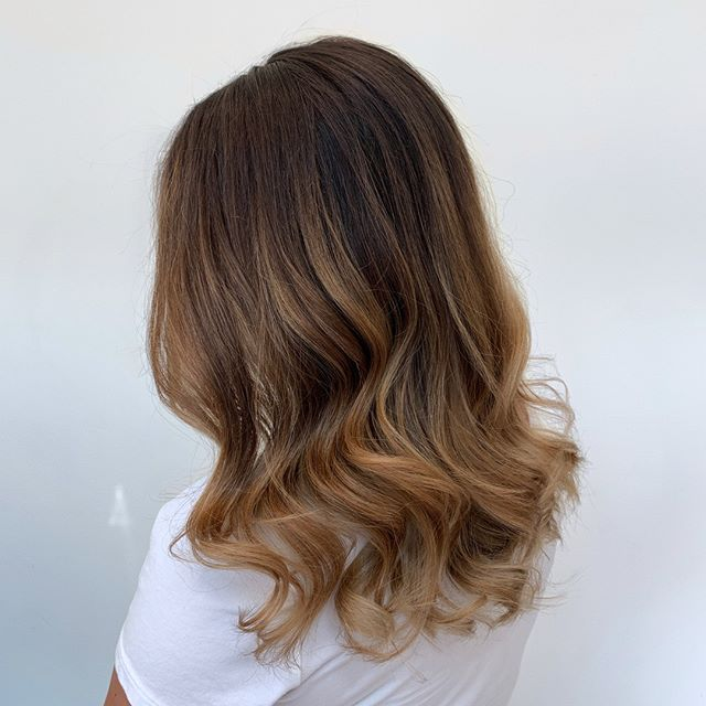 SIGNATURE ❤️❤️❤️⠀⠀⠀⠀⠀⠀⠀⠀⠀ A beautiful deep root that melts beautifully into balayage and subtle lowlights. The deep root makes the light pop and the lowlights support dimension.