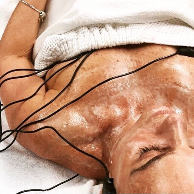 Combining the one and only DMK enzyme therapy with electro magnetic wave therapy to correct imbalances in the skin and body 🤟 #combiningmodalities #dmkskin #dmkenzyme #dmkenzymetherapy #oneandonly ⠀⠀⠀⠀⠀⠀⠀⠀⠀
