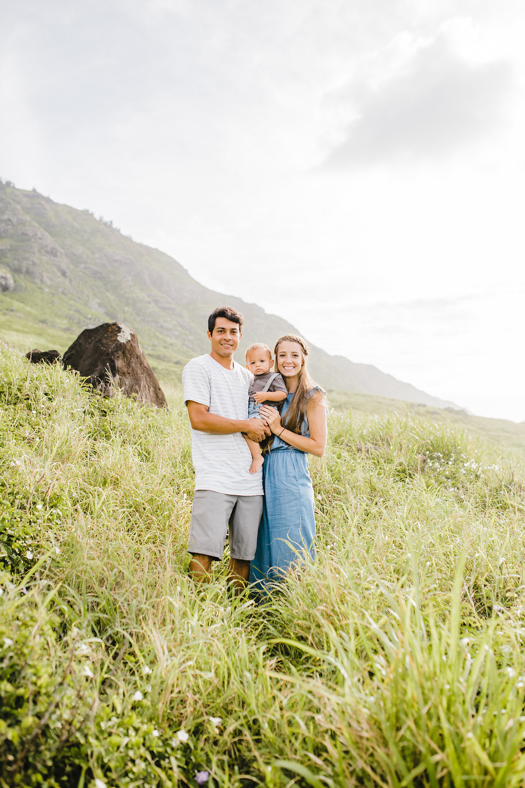 adventurous relaxed bright natural family photo session honolulu hawaii family photographer north shore available for travel calli richards