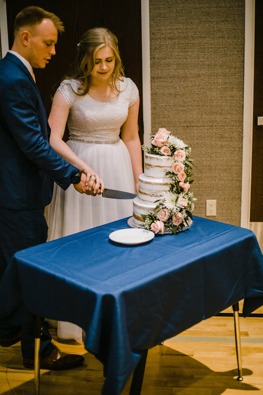 calli richards is a professional wedding photographer based in cache valley utah capture the cutting the cake moment lds wedding photography