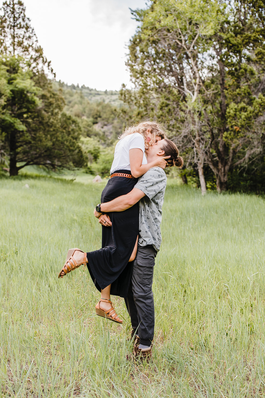 couple kissing in field calli richards professional engagement photography fashion