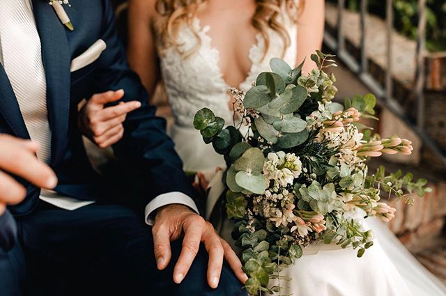 There are SO many cool wedding traditions out there, especially when it comes to saving your bouquet! I personally put a few fake flowers in my bouquet and now use them in our home decor 💗 I've seen some really cool ways to save bouquets, tell me below how you saved yours! 👇🏻👇🏻