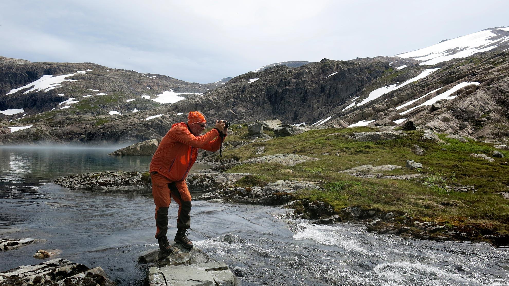 Svenn Petter Kjerpeset frå Svelgen er den flittigaste turmannen på og rundt Ålfotbreen. Han deler tusenvis av naturbilde på sosiale media og med sambygdingane på aldersheimen.