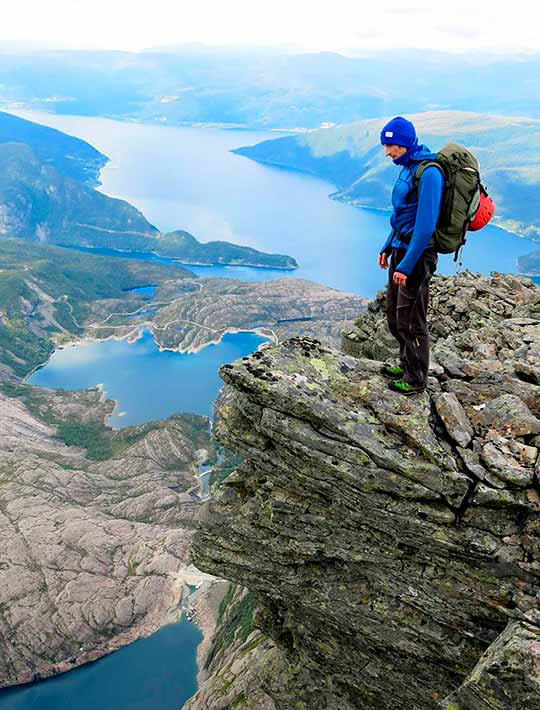 Torgeir Apalset nyt panoramautsikten frå Galleriet, 1200 meter over Bjørndalsvatnet.Foto: Arve Sandal.