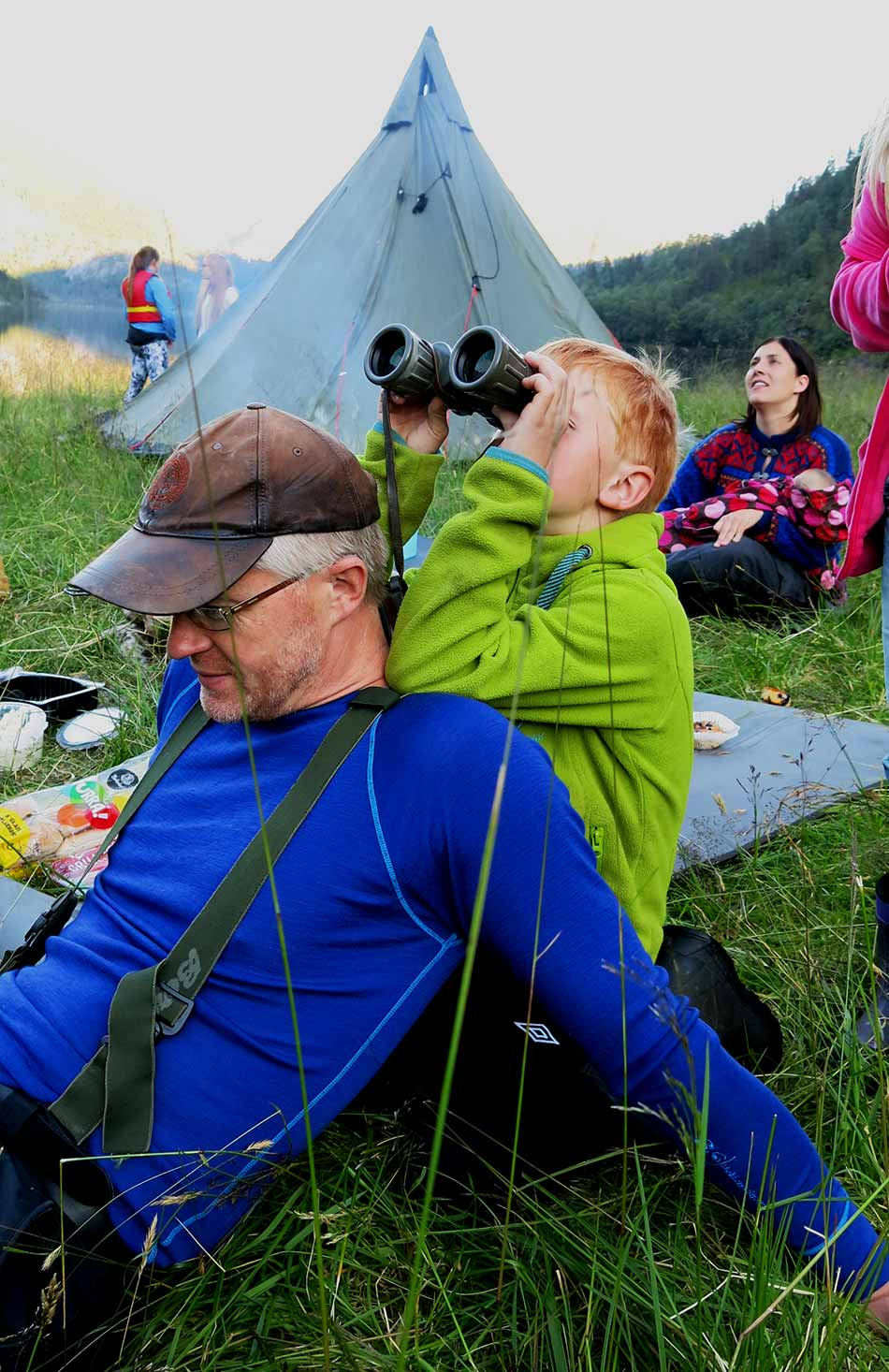 OPPDAGING : Jon-Ivar Rønnekleiv brukar pappa Torger som stativ og zoomar inn hjorten i fjellsida.