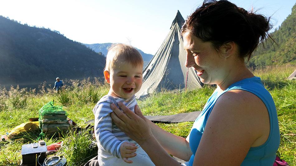 MAGISK:  Inger Mari Akse trur eld, vatn og trygge rammer er ein magisk medisin for ungar flest. T.v.. Leah (7), Ronnya (5) og Ola (0,6)