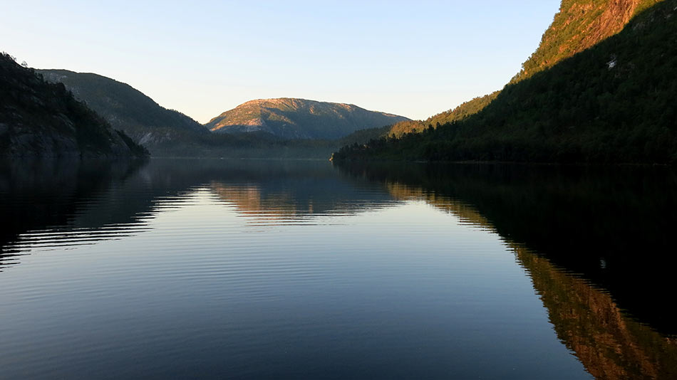 GRYOTTA:  Er fiskelukka framleis best før solstrålane når ned i dalen og leiren vaknar til liv?