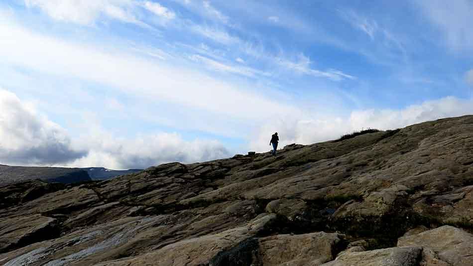Erosjon, frostsprenging og skred har brote ned 8000 meter høge fjell til dagens toppar og tindar.