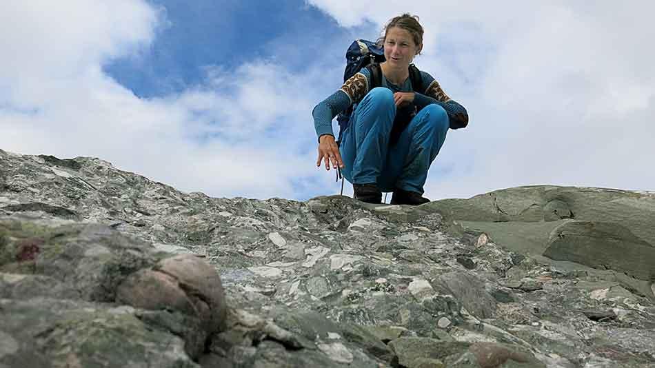 Fjella i aust ved Gjegnabu er som størkna «deig» av stein, sand og leire. Konglomerat, heiter det på fagspråket til Denise Rüther.