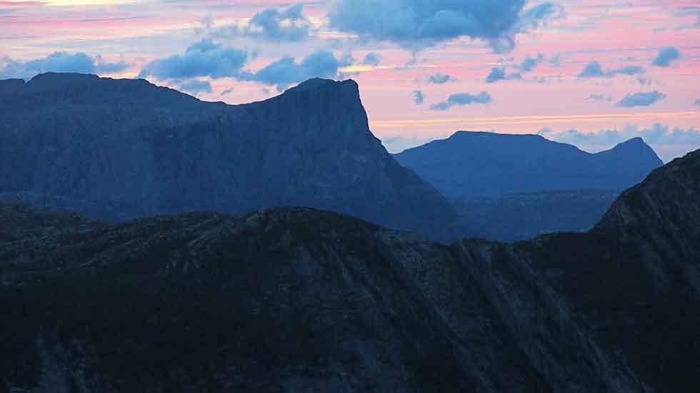 Kveldslyset over Hornelen følgjer oss tilbake til Svelgen.