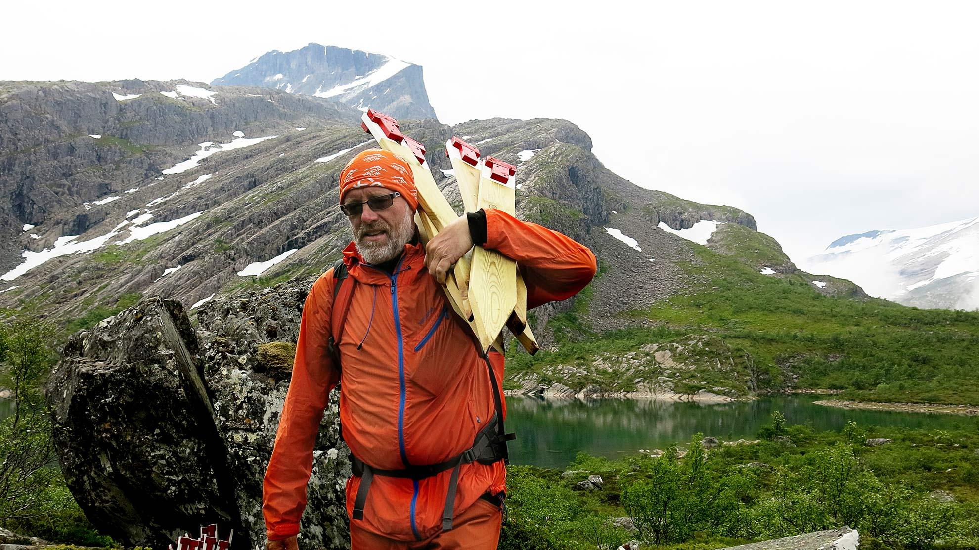 STIFINNAR:  Svenn Petter Kjerpeset kallar toppen i bakgrunnen for kongen av alle toppar i Bremanger. Han har stått i bresjen for merking av ein ny sti til Gjegnen.