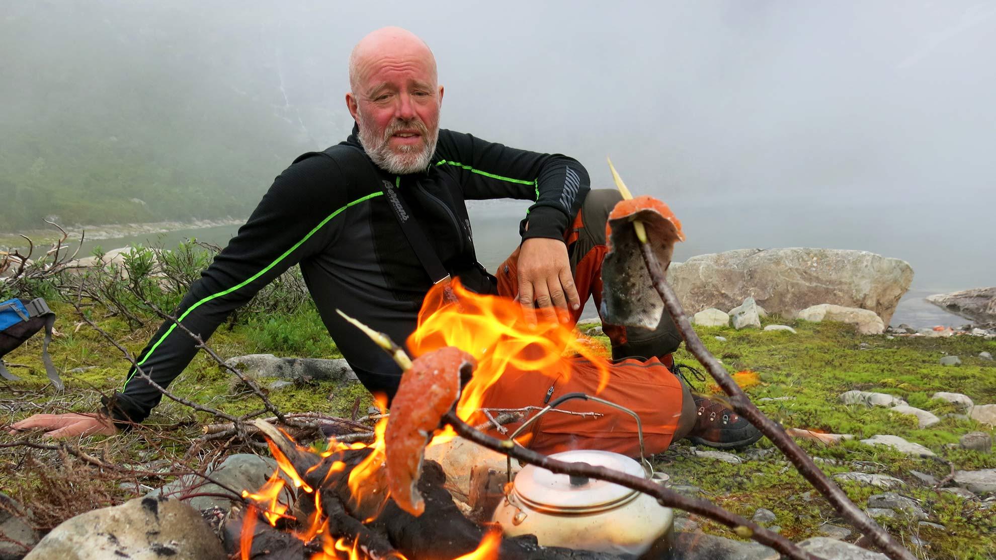 STORFISK: Kilofisken blir grilla over bålet.