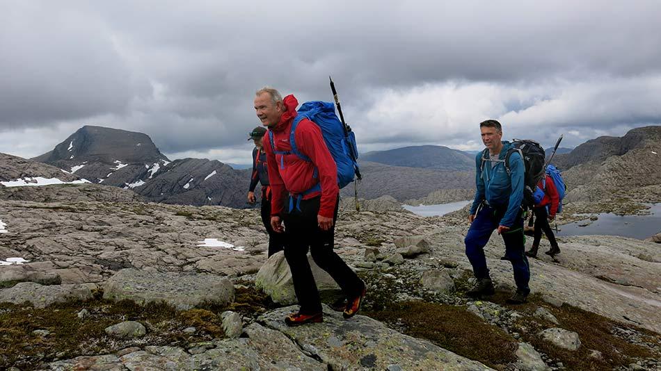 GUIDING:  Terje Jan Nes og Frode Hatten skal sikre klatredebutantane Morten Haugum og Svenn Petter Kjerpeset. Fjellet Hjelmen i bakgrunnen.