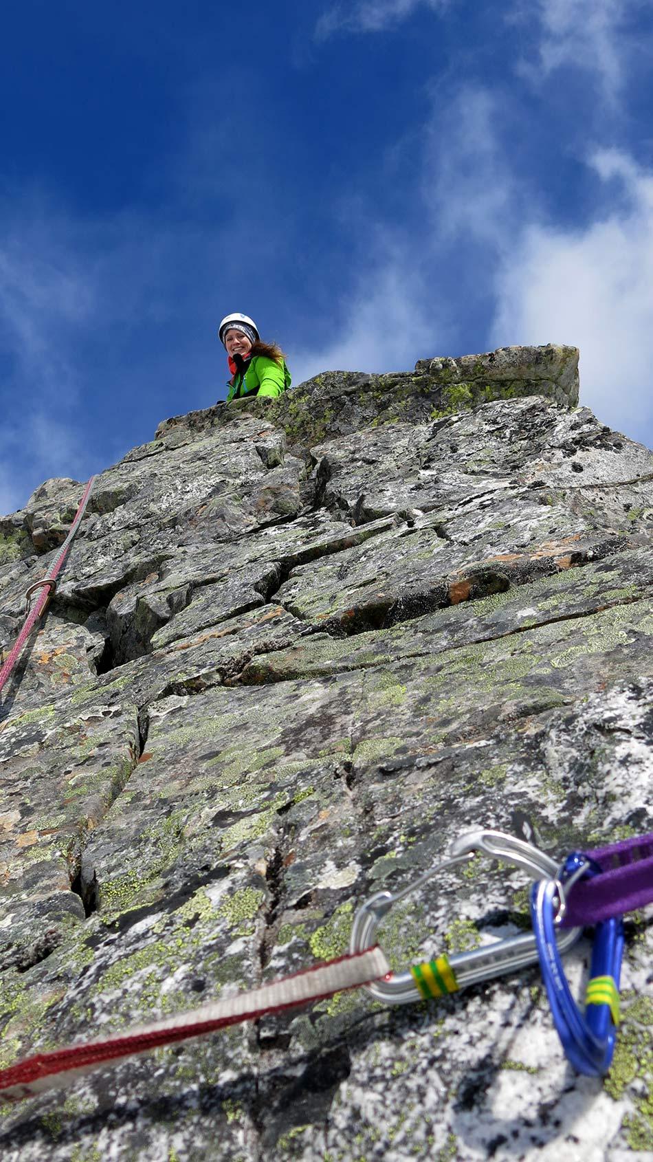 SIKRING :   Terje Jan Nes og Frode Hatten går opp ruta og set opp gode sikringar for alle.