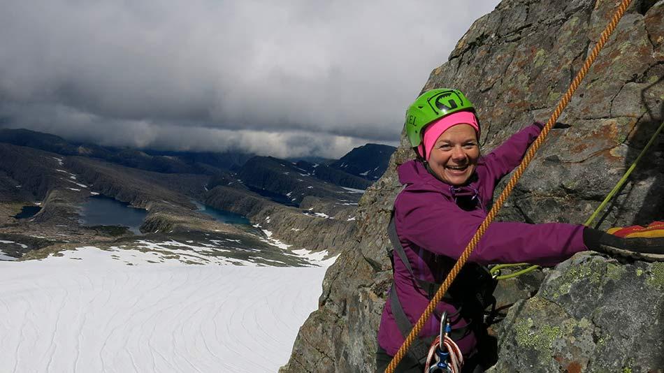 DEBUTANT :   Linda Stenseth frå Kalvåg er i Maritinden for første gong. Ho har fått los på toppen av pinakkelen.
