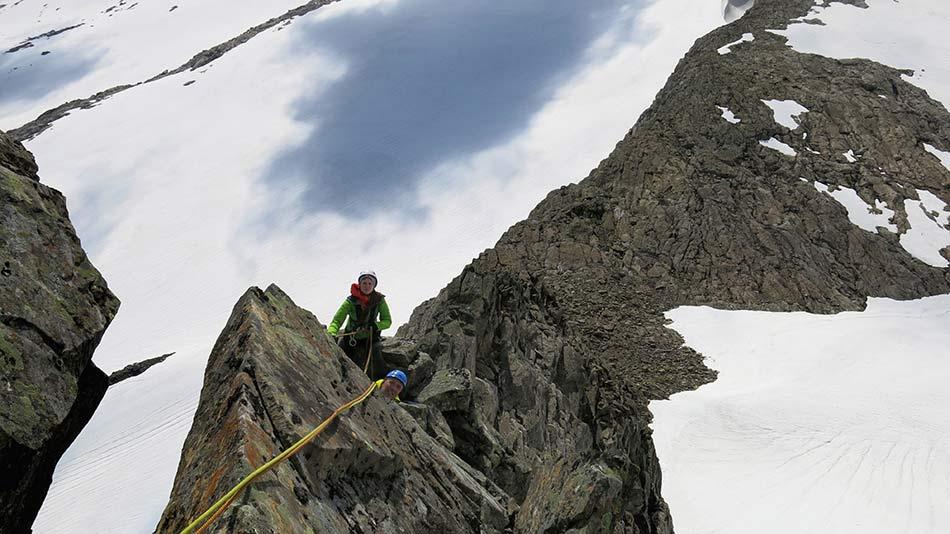 VERSKILLE : Ryggen mellom fjellet Plogen, Maritinden og Saga er eit verskille denne dagen, sol i sør, skodde i nord.