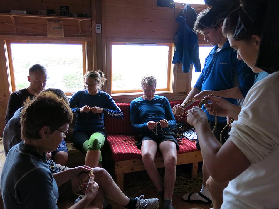 FØREBUING : Ventetida på Blåbrebu blir utnytta til knutetrening før turen over Ålfotbreen.