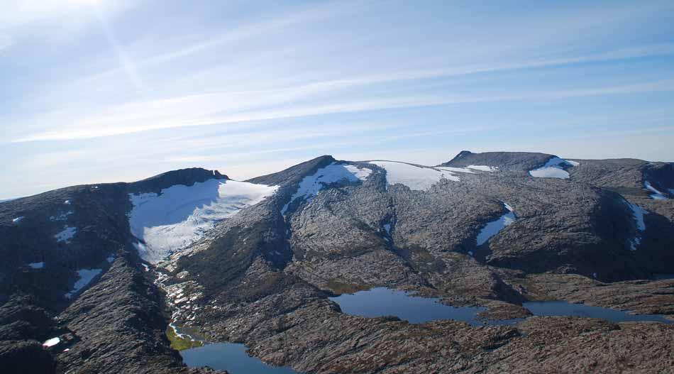 OVERBLIKK:  Maritinden ligg i skaret ved breen til venstre i bildet. Til høgre toppane Plogen og Keipen. Flyfoto: Alf Erik Røyrvik.
