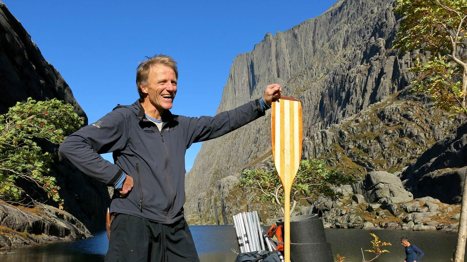 FØRSTE GANG:  Kanskje er vi dei aller første her inne i vågen, i alle fall med kano. Er det ein ekspedisjonstur vi har starta på under fjellveggen på Gjegnen?