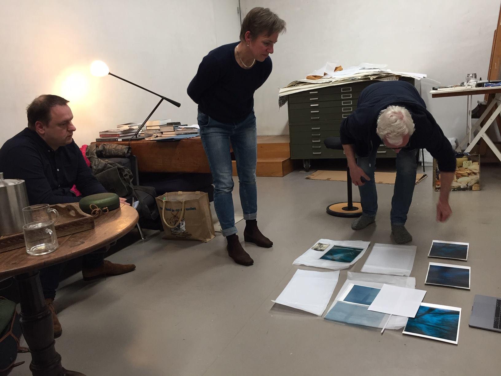 Tjibbe Hooghiemstra bekijkt mijn werk in zijn atelier tijdens de masterclasses