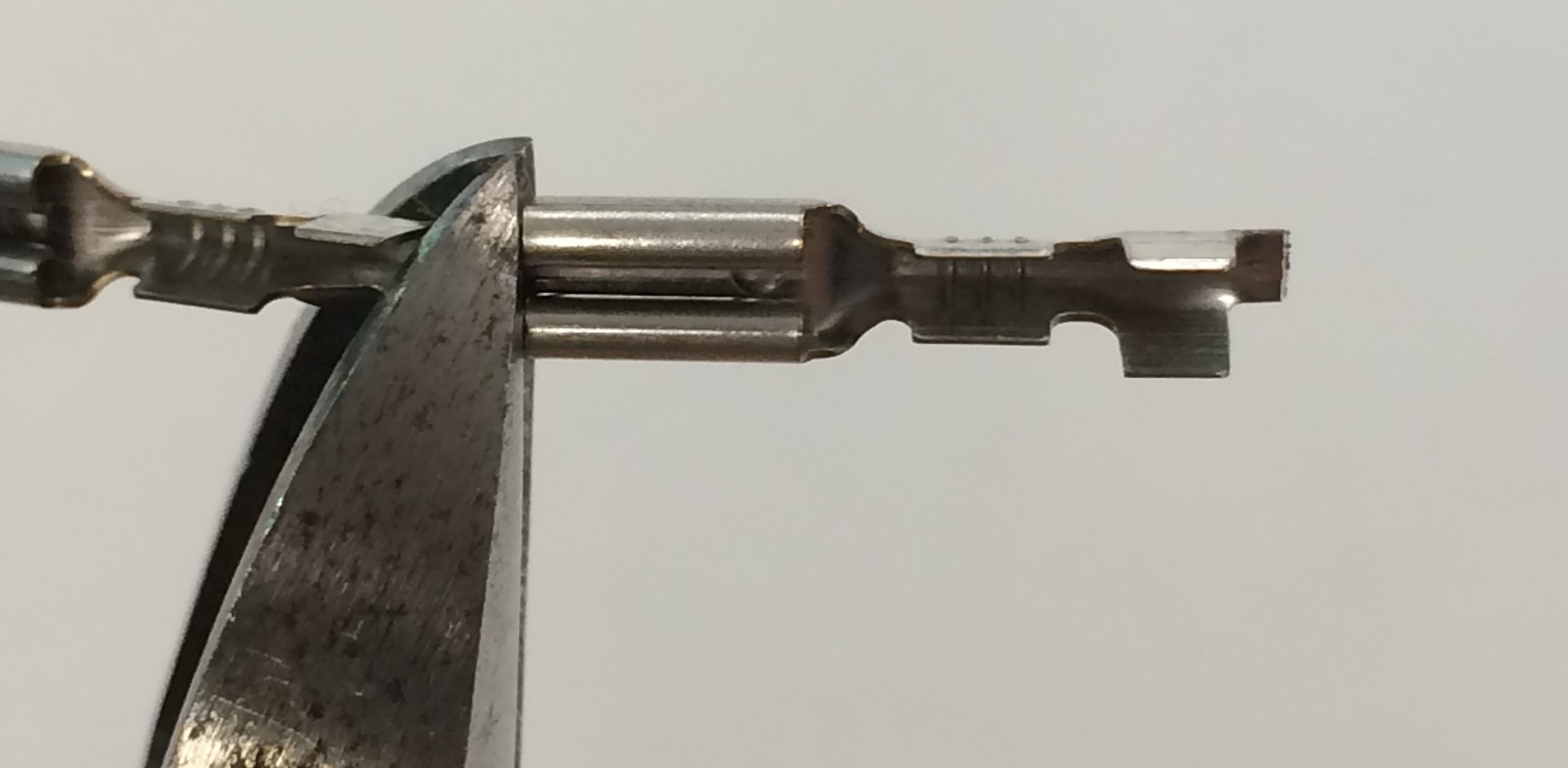 - Cut one crimp from the RDX Wiring Kit free with your wire cutters.Cut as close as possible to the beginning of the quick-disconnect on the crimp; this will make it easier to slide the crimp onto the switch terminals.