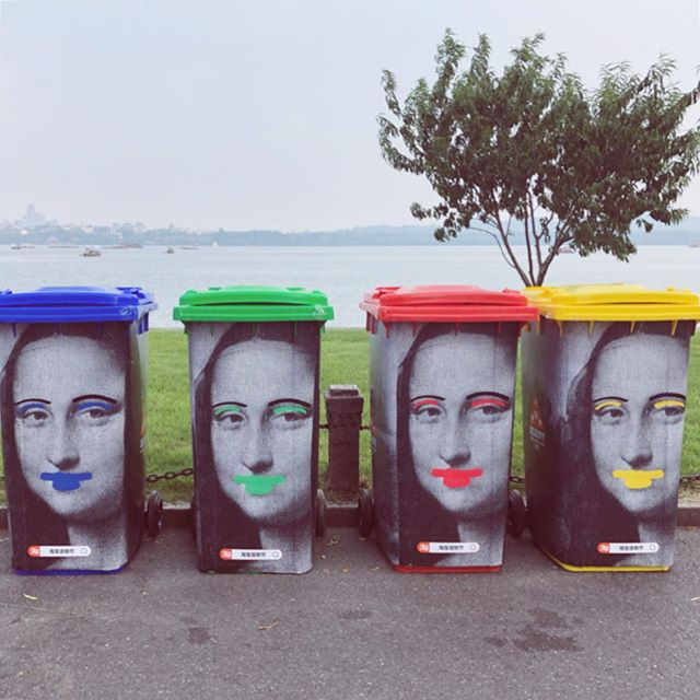 (Swipe para ES 🇦🇷 et FR 🇫🇷!) May I suggest starting a new trend: sharing photos of trash cans around the world! 🗑 ⠀ I'm impressed at the efforts I've seen in Shanghai, and now Hangzhou to make trash cans visible. I'm not sure how well the recycling system ♻️ works behind the scenes, but this is by far the most creative way to bring attention to it I've seen! ⠀ Speaking of, once we move into our new apartment, we're going to look into and set up composting. Have your tried composting? How easy is it to set up where you are? 🐛 ⠀ #oceancleanup #zerowastemovement #creativeliving #wastemanagement #landfill #consciousliving #sustainablefuture #Foodwaste #lowwasteliving #composting