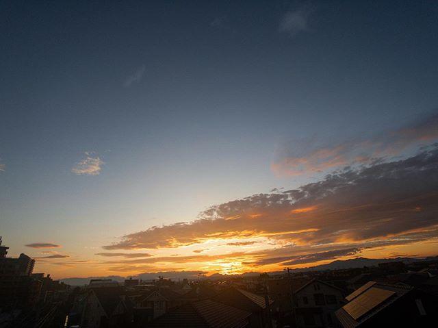 日もすっかり短くなり、秋支度ですね。常に変化する季節に、うまく溶け込む。柔らかく在りたいものです。#大沼鍼灸 #美容鍼#仙台美容鍼 #あらあらかしこ #あらあらかしこ #空 #夕焼け #tg_wide #shoton_tg