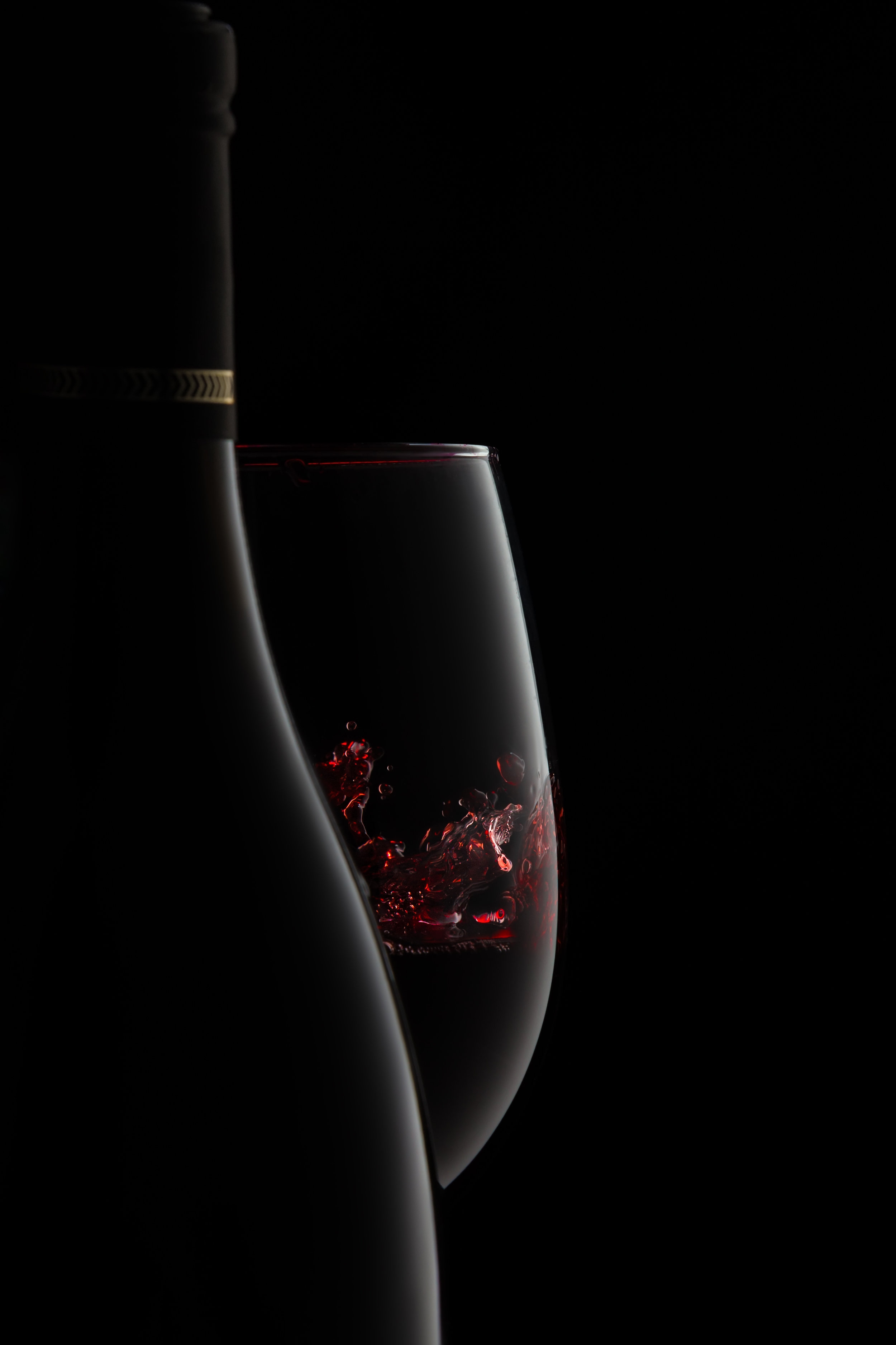 A-bottle-and-glass-of-elegant-red-wine-with-splash.-854703690_2730x4095.jpeg