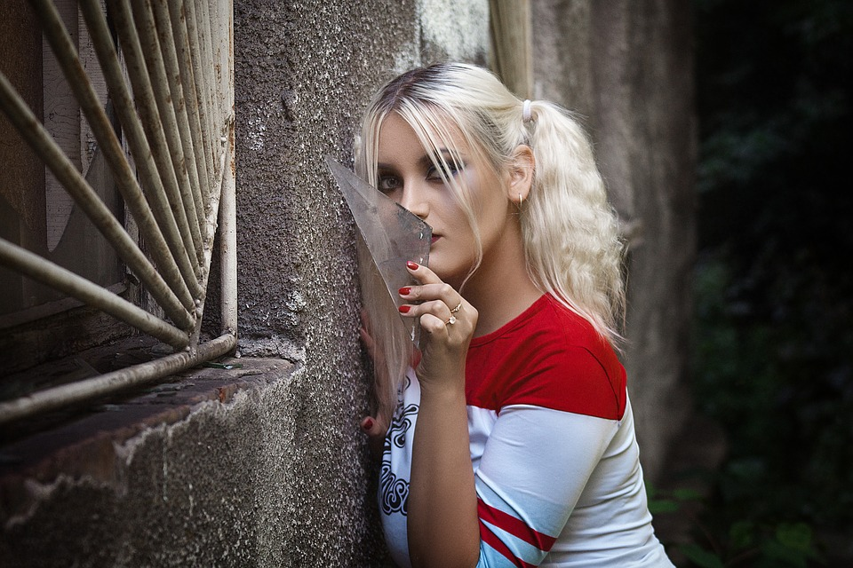 She's out in an alley because the con staff wouldn't let her bring in the piece of broken glass.