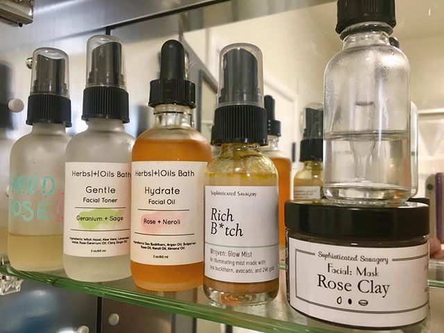 I started making oil blends for my skin when I lived in South Dakota and had lots of time for experimentation. These days I've even stopped buying face products from Lush. Rather, I find local blenders like @sophisav (rose clay mask & Rich B*tch gold face/body mister) and @herbsandoilsbath (face oil and toner). In addition to taking MSM and vitamin C tabs daily, eating loads of dark greens, choosing water and working out a few days a week, my skin is at its best 😃 Also, much props to being 34 and out of the major acne zone!! I hope some of you will choose to try products from some of these local blenders, I am so thankful for them. Check out their pages for where to find products :)