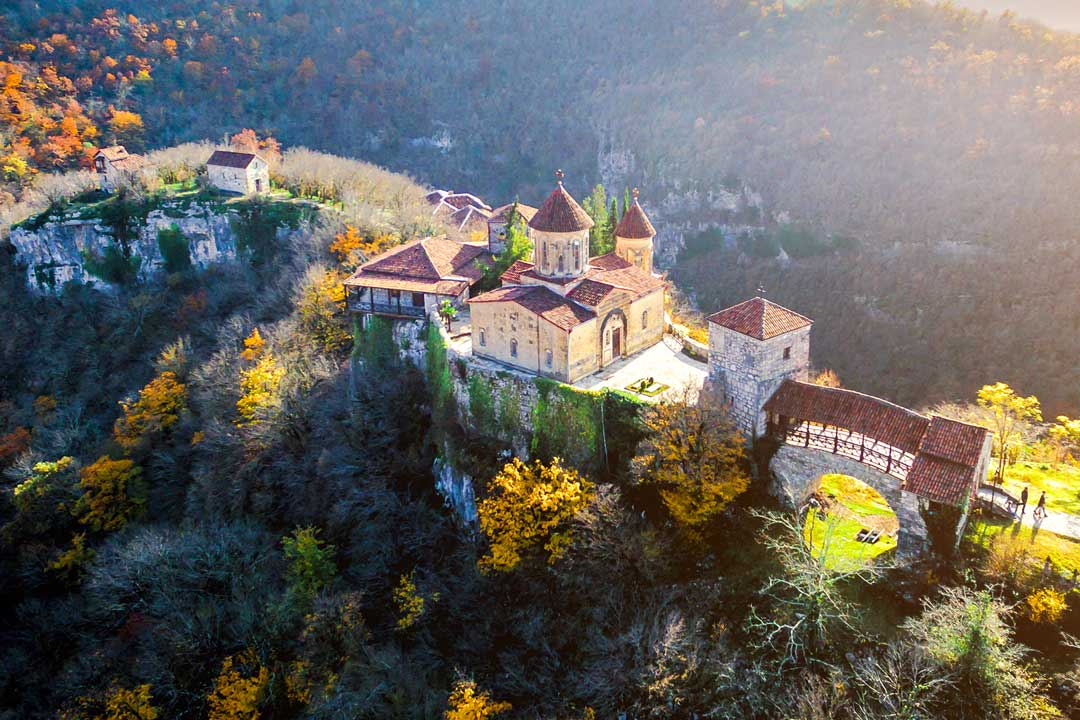 Моцамета - Монастырь окружен потрясающим каньоном.