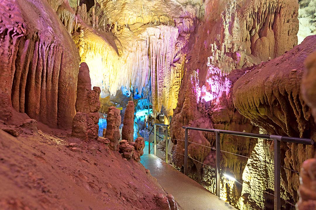 Пещера Прометея - Здесь вас ждут 6 красочных залов— настоящий дворец из сталактитов,сталагмитов и сталагнатов.