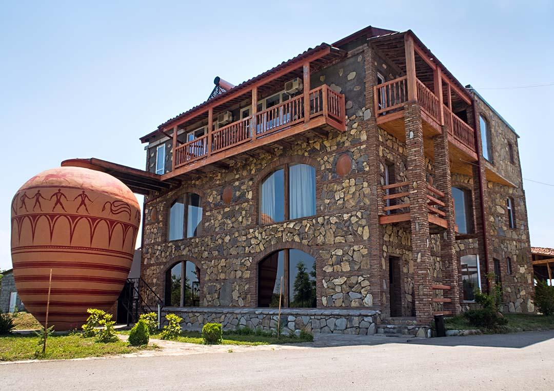 Винный дом близнецов - Возле музея стоит огромная копия древней квеври, найденной археологами.