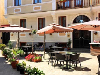 Georgia Tbilisi GT 3* - Отель расположен в самом центре старого Тбилиси. Всеизвестные историческиедостопримечательности находятся в нескольких минутах ходьбы.В отеле работает ресторан и бар на террасе, откуда открывается красивый вид на Старый город, собор Самеба и президентский дворец.