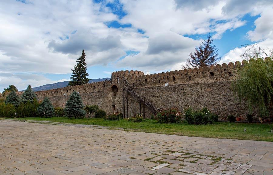Стены вокруг собора -